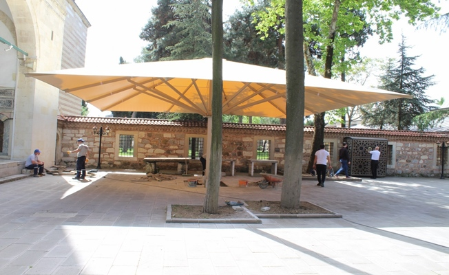 Mustafa Paşa Cami avlusuna dev şemsiye