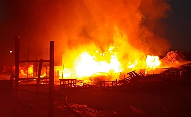 Gebze'de palet deposunda büyük yangın