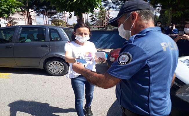 Polis sınava girecek öğrencilerin yardımına koştu!