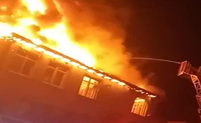 Alevler içinde kalan evdeki yaşlı çift son anda kurtarıldı!