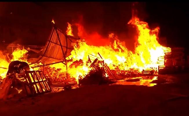 Palet fabrikasında çıkan yangın büyümeden söndürüldü