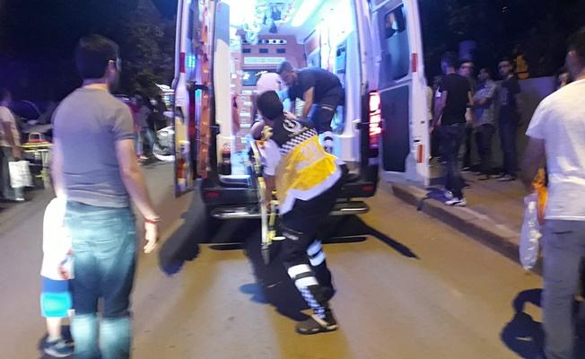 Hafif ticari araç elektrikli bisiklete çarptı ; 2 yaralı
