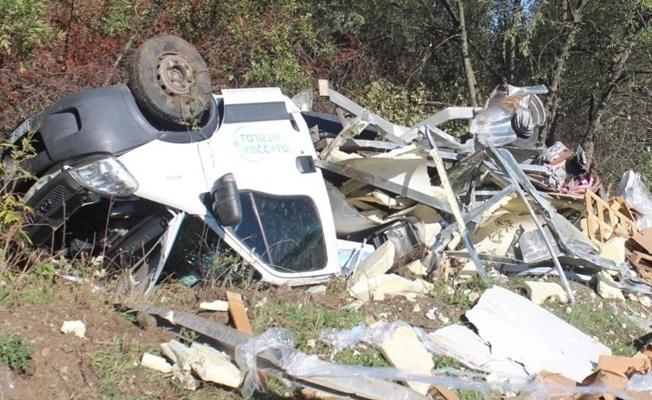 TIR' park halindeki kamyoneti parçalayıp yol dışına attı!