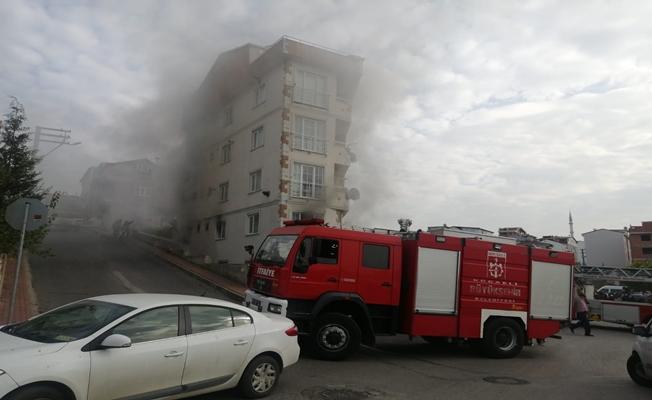 Yangında mahsur kalan yaşlıları itfaiyeciler ve vatandaşlar taşıdı!
