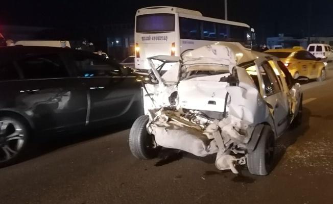 Otobüsün çarptığı araçtaki sürücü sıkıştığı yerden kurtarıldı!