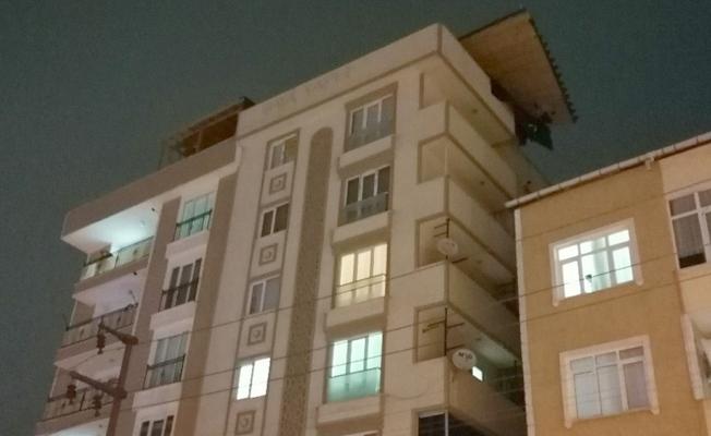 Fırtınada evin çatısı uçtu!