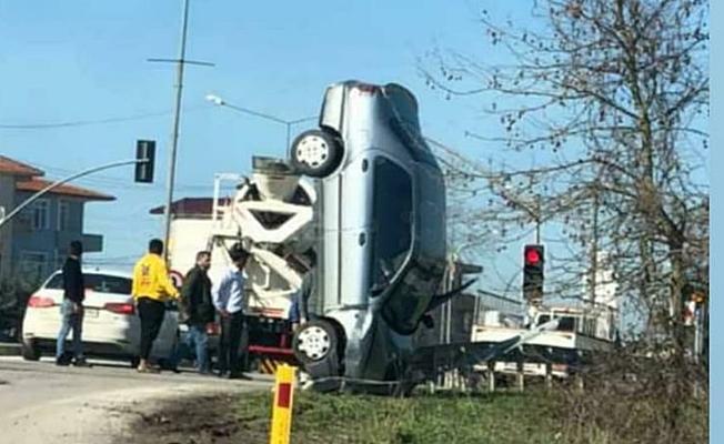 Kaza yapan araç bariyerde dik kaldı!
