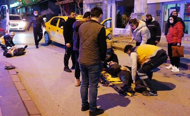 Ters yönden gelen motosiklet taksiyle çarpıştı:2 ağır yaralı!