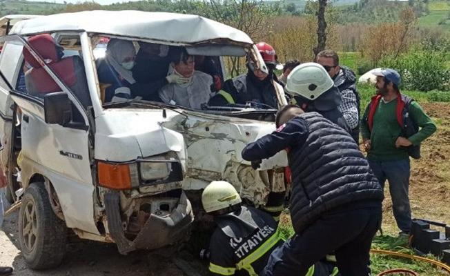 İşçileri taşıyan minibüs elektrik direğine çarptı;5 yaralı!