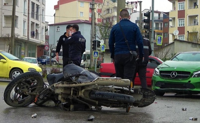 Kavşakta meydana gelen kazada 2 kişi yaralandı!