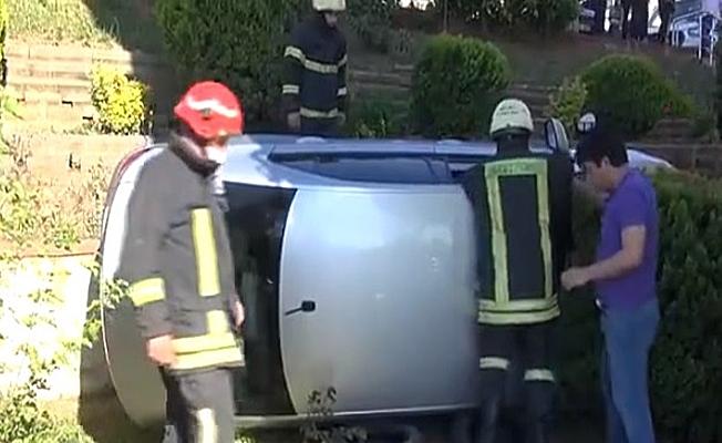 Aracını park ederken gaza basınca bahçeye uçtu!