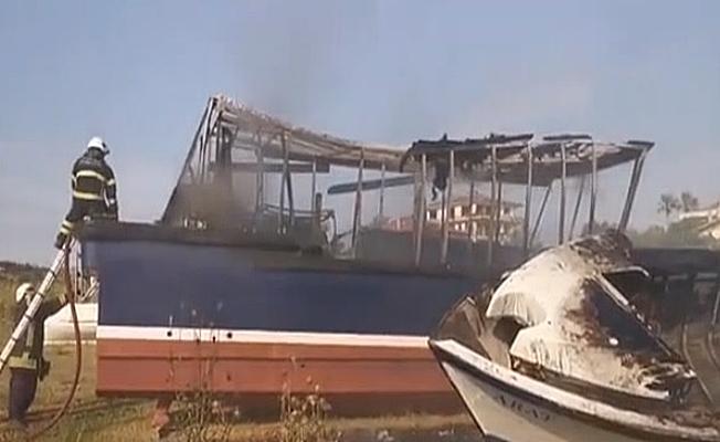 Bakım için boş araziye getirilen iki tekne yandı!