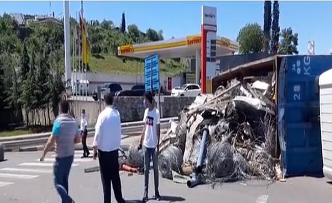 Hurda yüklü kamyon devrildi; 1 yaralı!