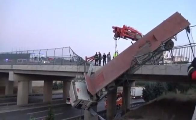 Köprüde asılı kalan TIR'ın sürücüsü yaralandı!