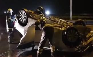 Bariyerlere çarpan araç takla attı:2 Yaralı