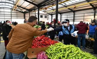 Çayırova'da zabıtalar pazarcılara maske dağıttı
