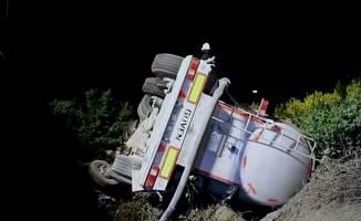 TEM'de şarampole devrilen TIR'ın sürücüsü yaralandı