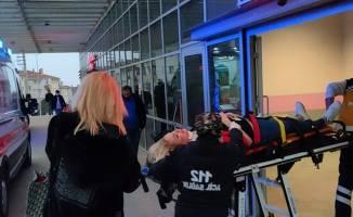 Yolun karşısına geçme çalışan kadına otomobil çarptı