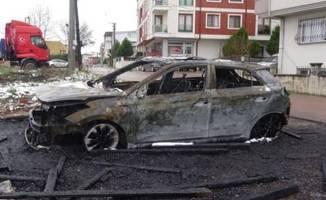 Garajda yanan otomobil küle döndü!