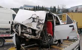 Minibüs ile otomobilin çarpışması sonucu 1'i ağır, 4 kişi yaralandı