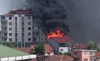 2 katlı binanın çatısı alev alev yandı!