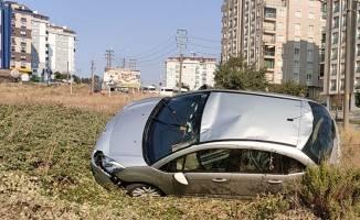 Kaldırıma çarpan araç devrildi!
