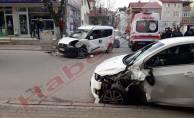 Servis yolunda iki araç kafa kafaya çarpıştı:2 yaralı